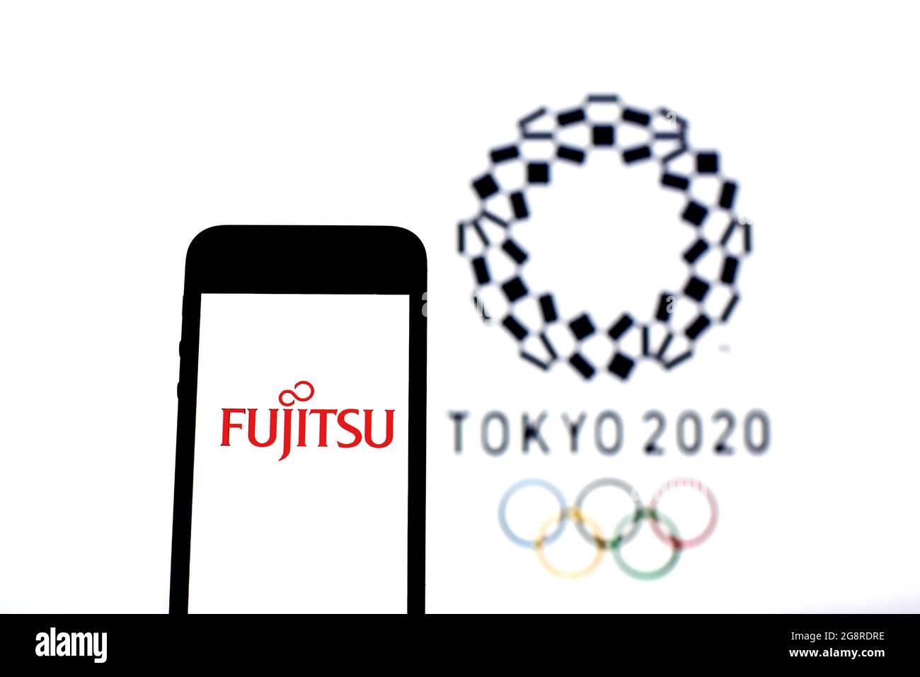 Espagne. 20 juillet 2021. Sur cette photo, un logo Fujitsu Ltd. Apparaît sur un smartphone avec le logo Tokyo 2020 Olympic Games en arrière-plan. (Photo de Thiago Prudencio/SOPA Images/Sipa USA) crédit: SIPA USA/Alay Live News Banque D'Images