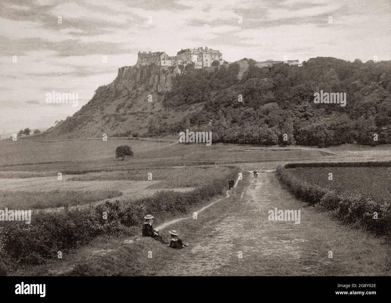 Vue de la fin du XIXe siècle sur le château de Stirling, l'un des plus grands et des plus importants châteaux d'Écosse, à la fois historiquement et sur le plan architectural. Le château se trouve au sommet de Castle Hill, un crampon intrusif, entouré de trois côtés par des falaises abruptes, lui donnant une position défensive forte. Le château date d'au moins début du XIIe siècle, les bâtiments actuels ont été construits entre 1490 et 1600, tandis que les défenses extérieures en face de la ville datent du début du XVIIIe siècle. Banque D'Images