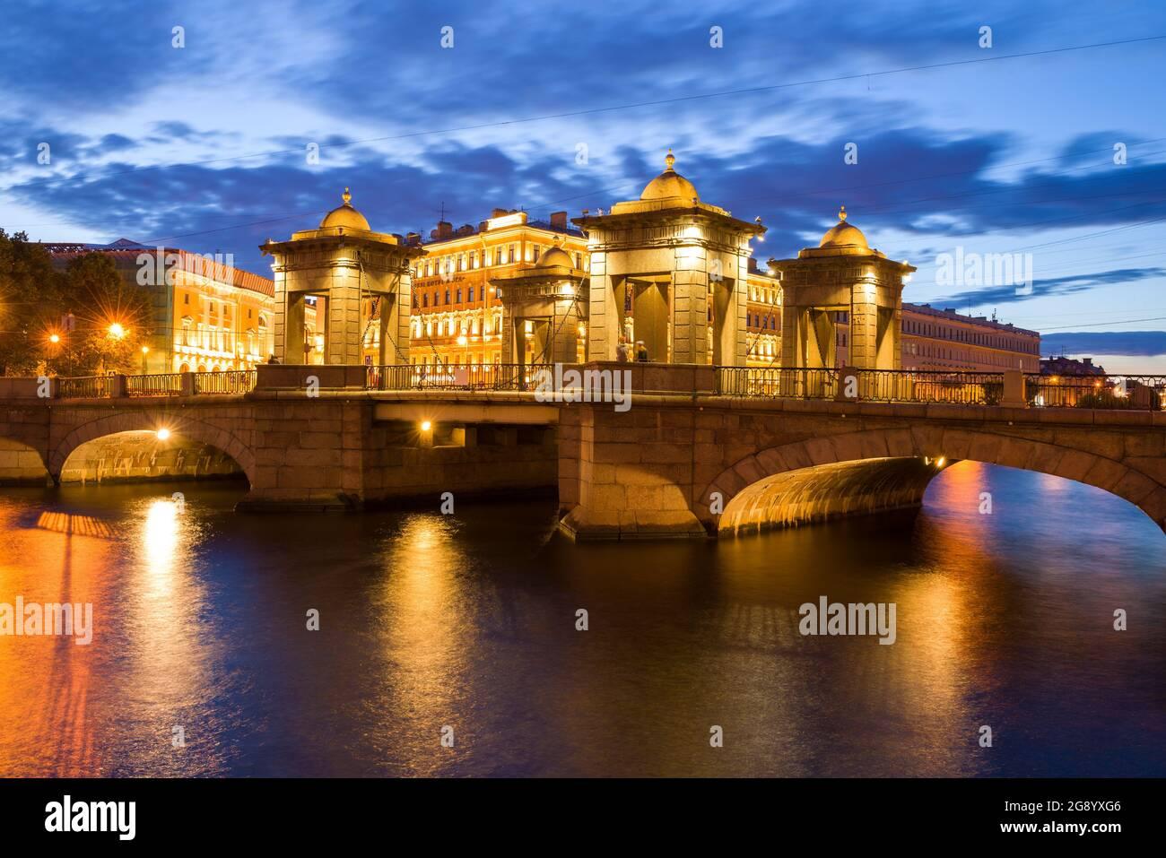 SAINT-PÉTERSBOURG, RUSSIE - 25 JUILLET 2019 : l'ancien pont Lomonosov dans la nuit illuminée le soir de juin Banque D'Images