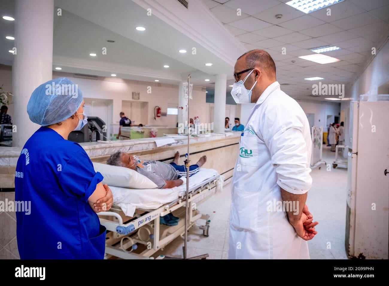 Au service des urgences de l'hôpital Mongi Slim à la Marsa, dans la banlieue nord de Tunis, en Tunisie, le 23 juillet 2021. Le chef du département, le Dr Nour Nouira, doit gérer avec son équipe une crise quotidienne très tendue Covid-19. Toutes les chambres, salles et couloirs du service sont réquisitionnés pour les cas Covid, tout en gérant les urgences quotidiennes. La tension du flux d'oxygène très sollicitée par la surcharge des patients est le problème majeur en plus de la sous-dotation du personnel vis-à-vis de la variante Delta. Photo de Nicolas Fauque/Images de Tunisie/ABACAPRESS.COM Banque D'Images