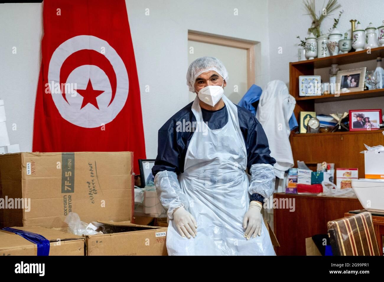 Médecin généraliste Dr Jalel Ben Youssef dans son bureau de la petite ville d'Utique au nord de Tunis, en Tunisie, le 23 juillet 2021. Il a créé un petit hôpital rural. Cet après-midi, une quinzaine de patients occupent le patio, la salle d'attente ou le bureau du médecin pour profiter des ventilateurs à oxygène et des traitements offerts par le médecin généraliste grâce à des dons privés. Il offre ses services médicaux gratuits dans une région agricole loin des hôpitaux. Chaque soir, les patients dans le besoin rentrent chez eux avec des respirateurs. Photo de Nicolas Fauque/Images de Tunisie/ABACAPRESS.COM Banque D'Images
