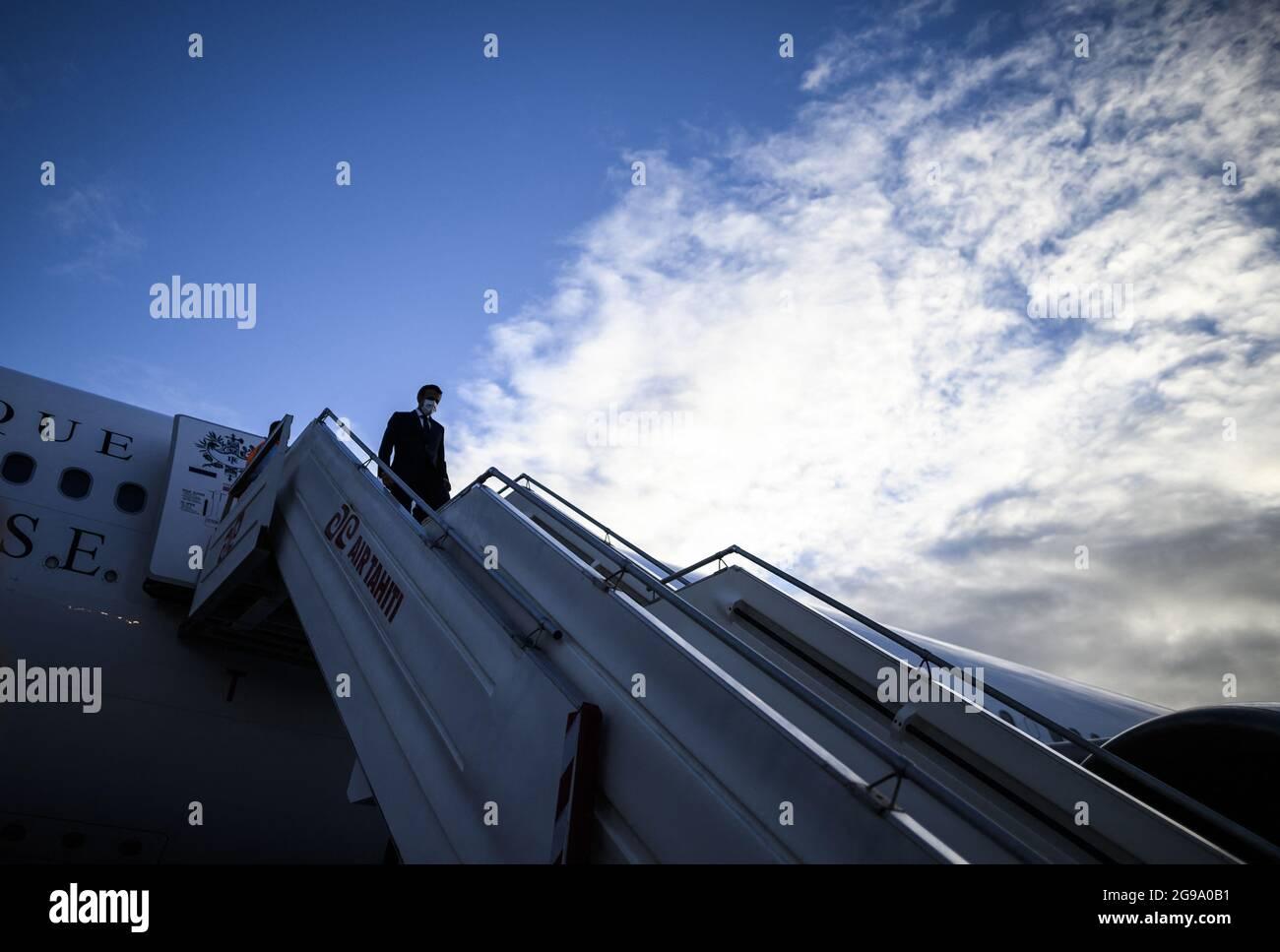 Le président français Emmanuel Macron quitte son avion sur le tarmac à son arrivée à l'aéroport international FAA'a pour une visite à Tahiti en Polynésie française le 24 juillet 2021.photo par Eliot Blondt/ABACAPRESS.COM Banque D'Images