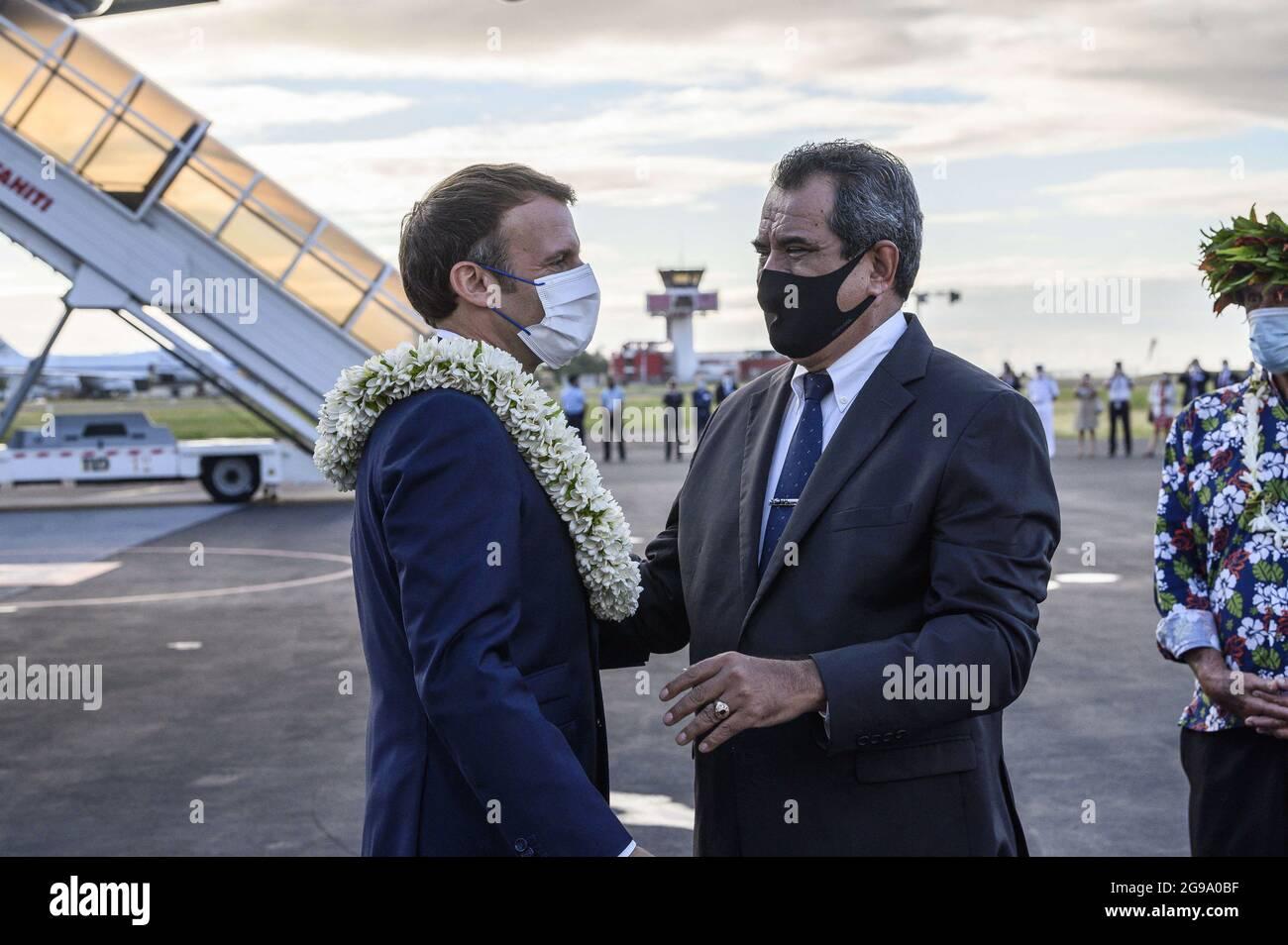 Le président français Emmanuel Macron (L) est accueilli sur le tarmac par le président français Édouard Fritch (R) sur le tarmac à son arrivée à l'aéroport international FAA'a pour une visite à Tahiti en Polynésie française le 24 juillet 2021.photo par Eliot Blondt/ABACAPRESS.COM Banque D'Images