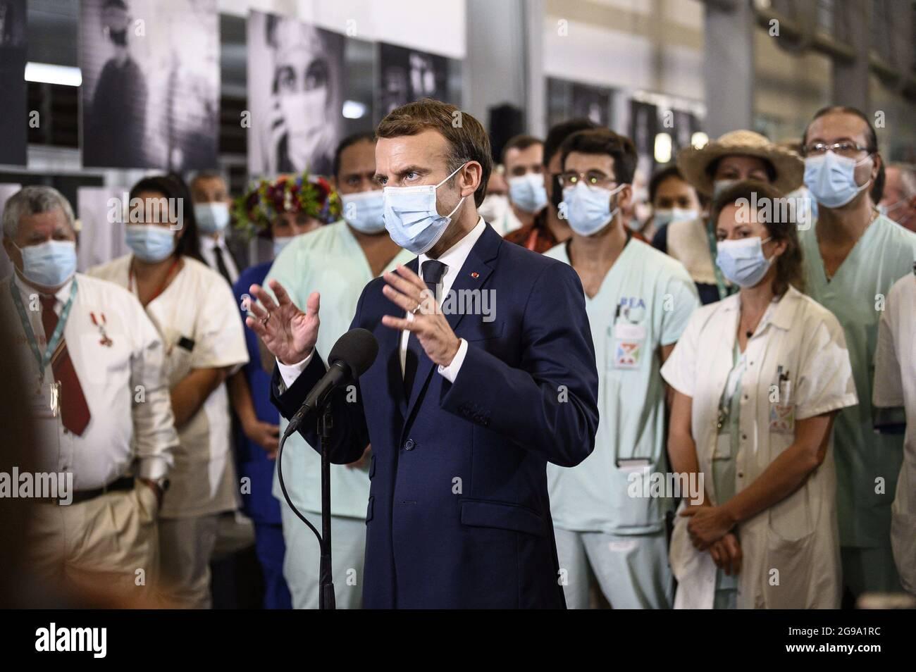Le président français Emmanuel Macron (C) parle (presse) avec des médecins et des infirmières travaillant au Centre hospitalier de Polynésie française à Papeete après son arrivée à Tahiti en Polynésie française le 24 juillet 2021. Photo par Eliot Blondt/ABACAPRESS.COM Banque D'Images