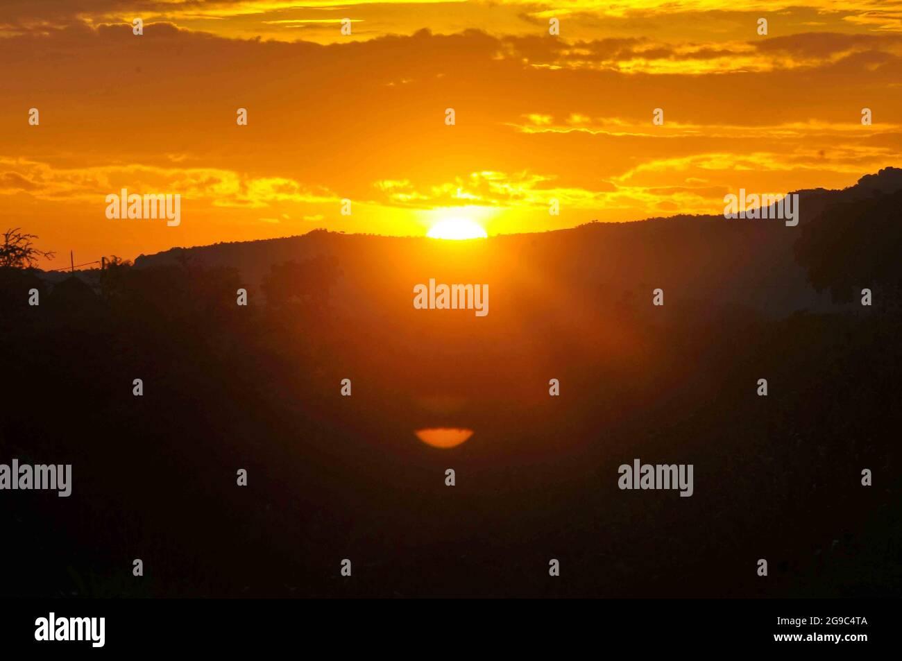Le soleil se lève dans l'est de l'Ouganda à Mbale City. Le soleil se lève à 7h00 dans cette partie particulière du pays qui borde le Kenya. Ouganda. Banque D'Images
