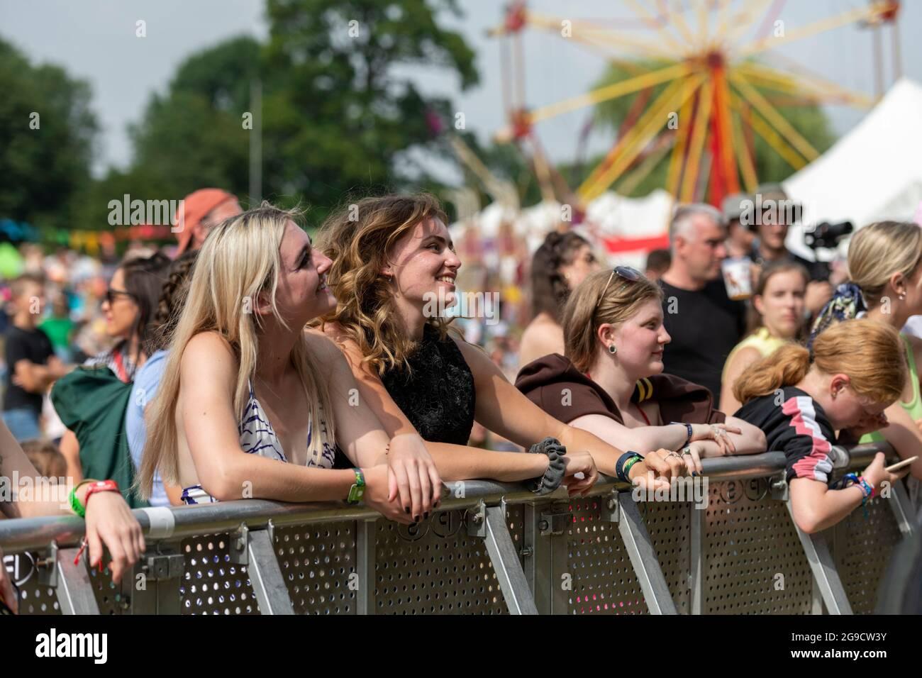 Standon, Hertfordshire, Royaume-Uni. 25 juillet 2021. Les fans de musique au festival de musique d'appel Standon qui se tient ce week-end. Il s'agit de l'un des premiers festivals à avoir lieu après la détente des restrictions Covid au Royaume-Uni et les participants ont dû passer un test de flux latéral vérifié et enregistré par vidéo comme condition d'entrée. Crédit : Julian Eales/Alay Live News Banque D'Images