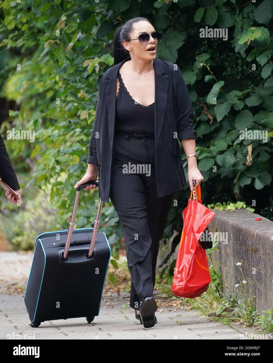 Tara Hanlon, 30 ans, arrive au tribunal de la Couronne d'Isleworth, dans l'ouest de Londres, où elle a été emprisonnée pendant deux ans et 10 mois après avoir plaidé coupable à plus de 5 millions de livres sterling d'infractions de blanchiment d'argent. Mme Hanlon a été arrêtée avec cinq valises d'argent à l'aéroport d'Heathrow lors d'un vol à destination de Dubaï le 3 octobre 2020. Date de la photo: Lundi 26 juillet 2021. Banque D'Images