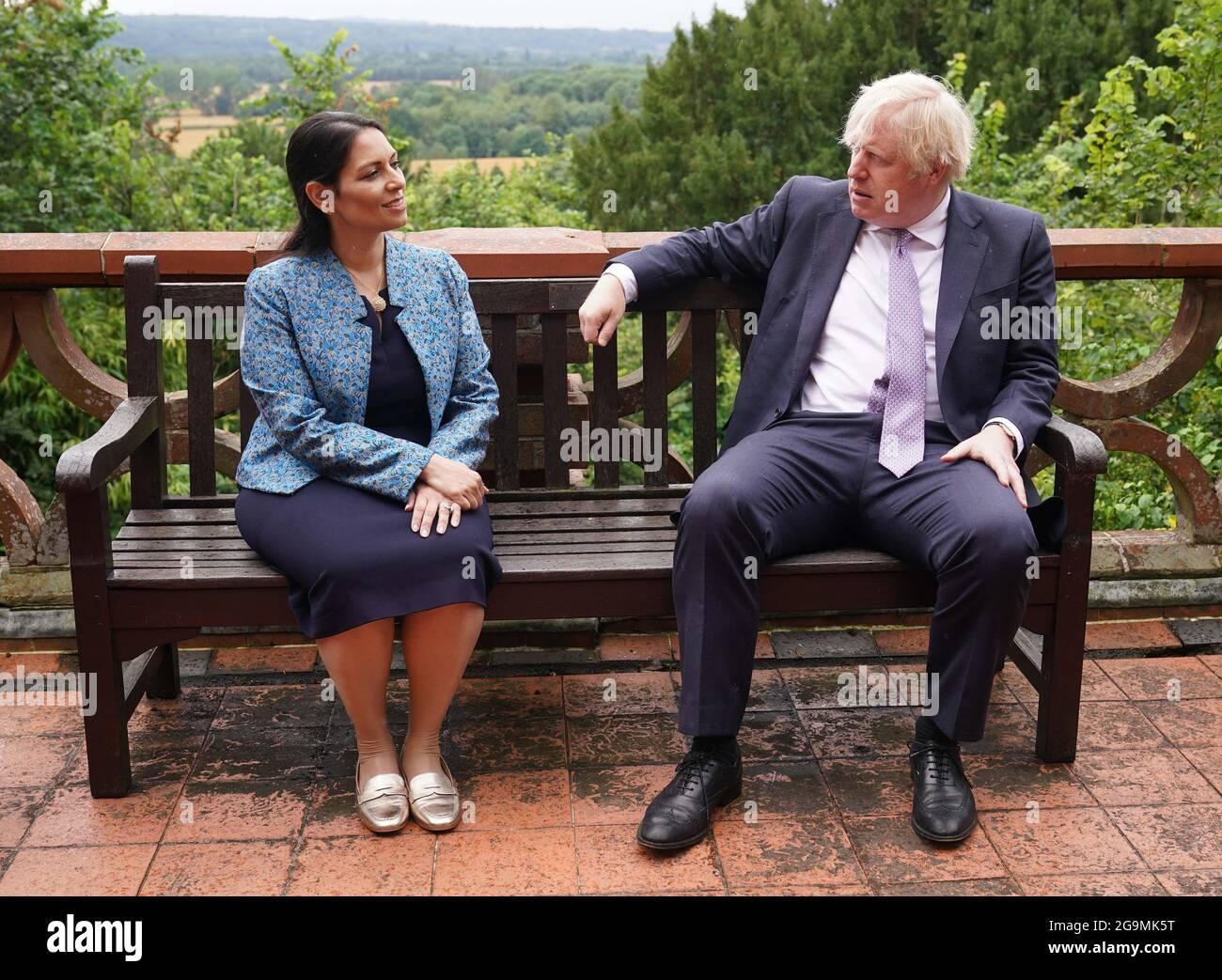 Le Premier ministre Boris Johnson et le secrétaire d'État à l'intérieur, Priti Patel, s'adressera aux cadets lors d'une visite au quartier général de la police de Surrey à Guildford, dans le Surrey, pour coïncider avec la publication du Plan de lutte contre les crimes et les crimes. Date de la photo: Mardi 27 juillet 2021. Banque D'Images