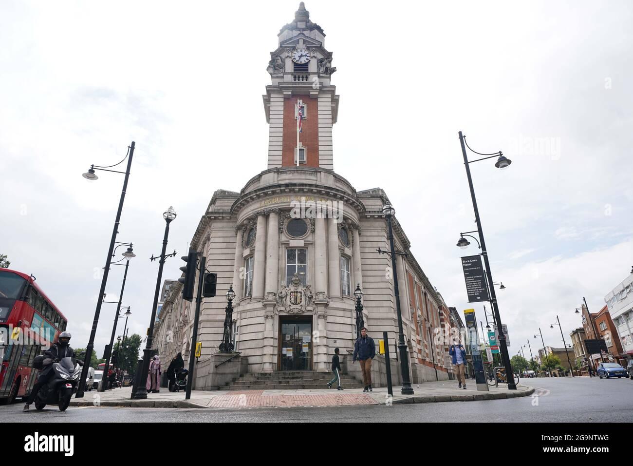 Hôtel de ville de Lambeth, dans le sud de Londres, le siège du Conseil de Lambeth. L'enquête indépendante sur les violences sexuelles infligées aux enfants (IICSA) a révélé que le personnel du conseil de Lambeth « avait mis les enfants vulnérables sur le chemin » des délinquants sexuels, qui ont infiltré les foyers d'enfants et les foyers d'accueil, avec des « conséquences tout au long de la vie pour leurs victimes ». Le rapport a trouvé des « preuves claires » que les délinquants sexuels et les personnes soupçonnées d'abus sexuels étaient des collègues dans les foyers pour enfants du Conseil de Lambeth. Date de la photo: Mardi 27 juillet 2021. Banque D'Images