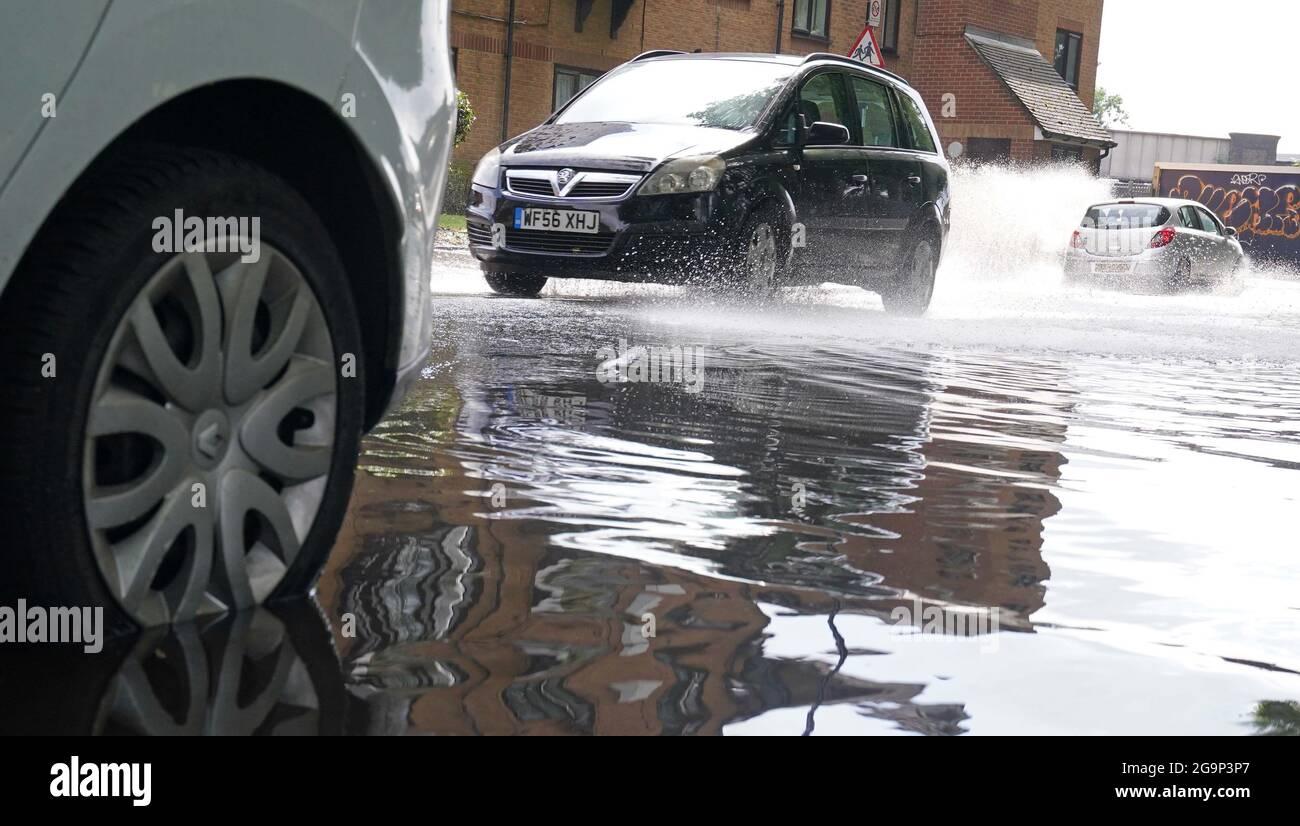 Voiture garée dans une route partiellement inondée à Deptford, au sud-est de Londres. La capitale a vu près d'un mois de précipitations dimanche avec des maisons, des routes et des stations de métro inondées, tandis qu'un hôpital inondé a annulé lundi toutes les interventions chirurgicales et les consultations externes en raison de la forte pluie. Date de la photo: Mardi 27 juillet 2021. Banque D'Images