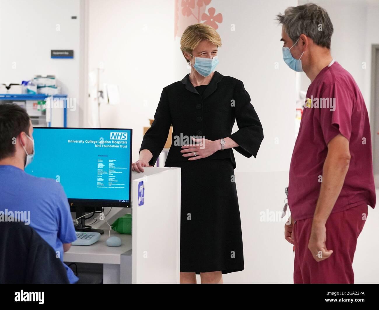 Amanda Pritchard s'adresse à l'anesthésiste Dr Rob Stephens (à droite) lors d'une visite à l'University College Hospital de Londres, suite à l'annonce de sa nomination au poste de directeur général du NHS en Angleterre. Date de la photo: Mercredi 28 juillet 2021. Banque D'Images