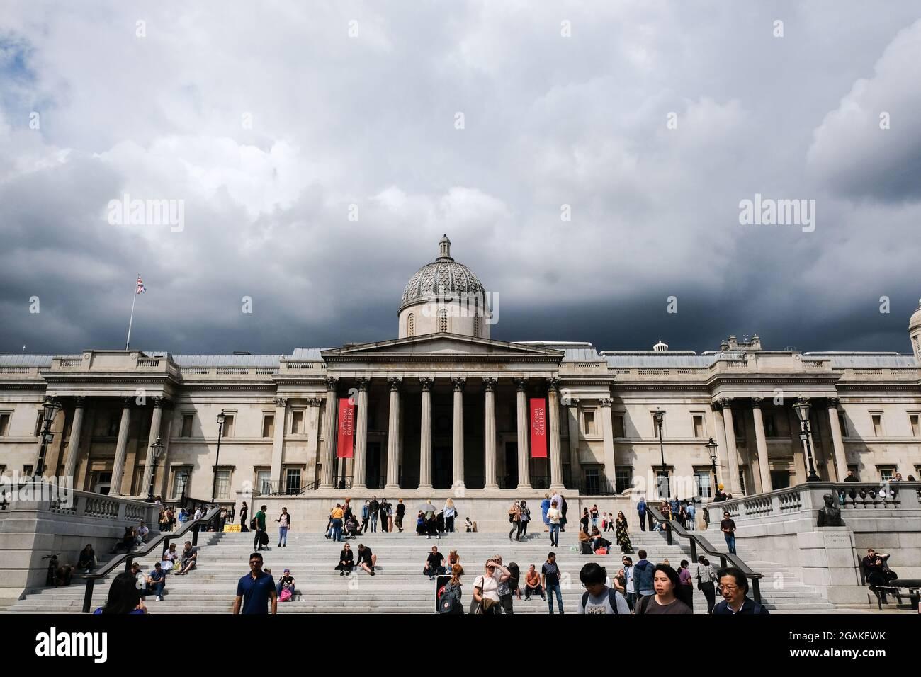 Trafalgar Square, Londres, Royaume-Uni. 31 juillet 2021. Météo au Royaume-Uni : nuages noirs au-dessus du centre de Londres. Crédit : Matthew Chattle/Alay Live News Banque D'Images