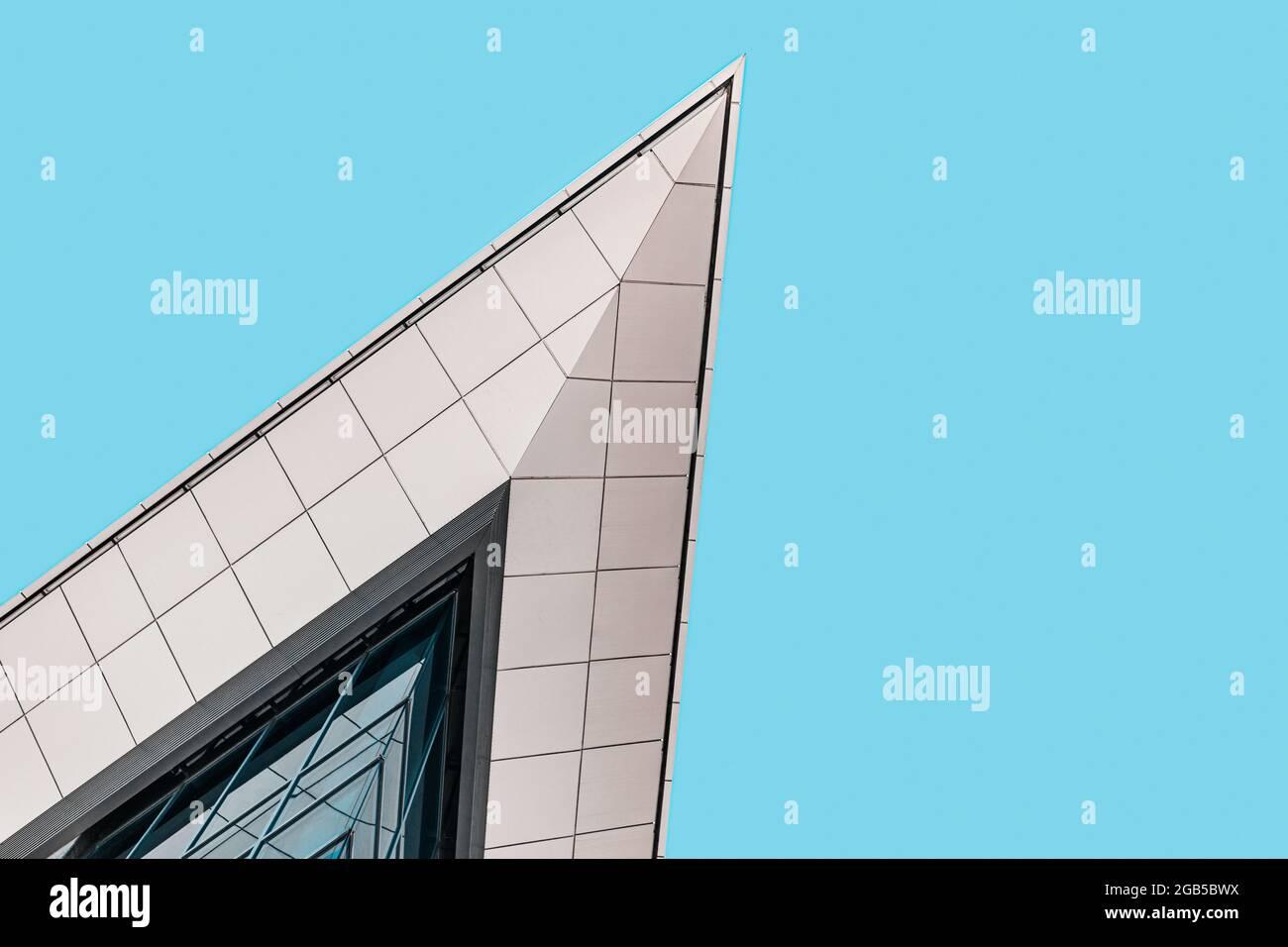 Immeuble de bureaux moderne au ciel bleu, vue à angle bas, panorama avec espace libre. Expérience dans le domaine des affaires et de l'immobilier Banque D'Images
