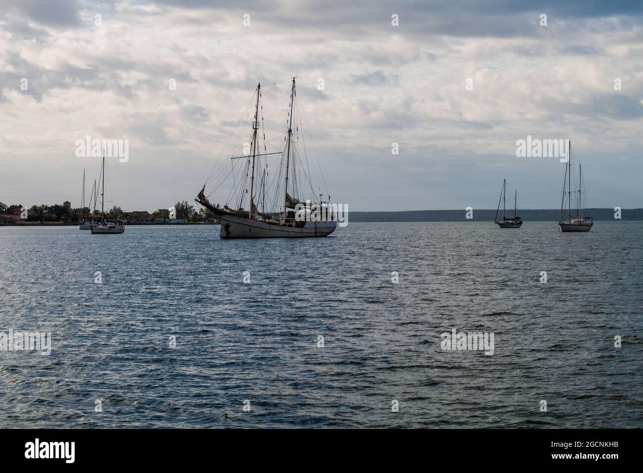 Voiliers dans la baie de Bahia de Jagua près de Cienfuegos, Cuba Banque D'Images