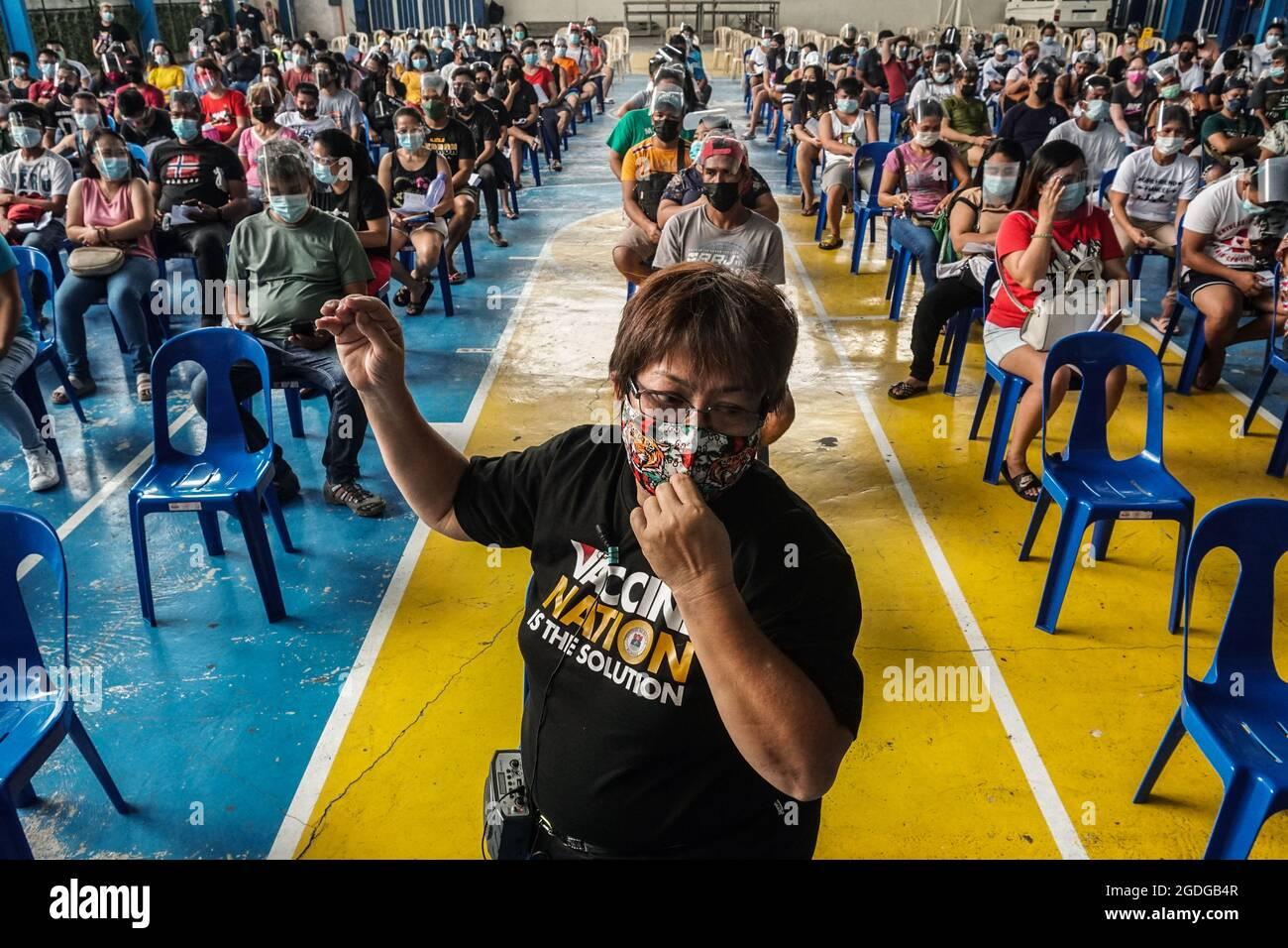 MANILLE, PHILIPPINES - 13 AOÛT 2021. La file d'attente de résidence philippine recevra la 1ère dose du vaccin SINOVAC COVID-19 à la Holy Trinity Academy de Manille, Philippines, le 13 août 2021. Dante Diosina Jr/Medialys Images/Alay Live News Banque D'Images