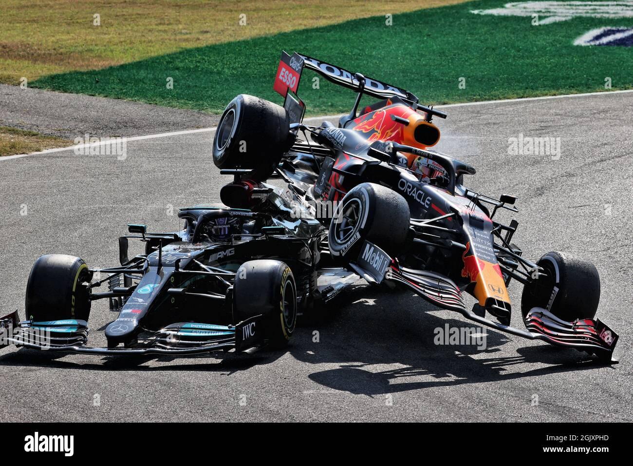 Monza, Italie. 12 septembre 2021. Max Verstappen (NLD) Red Bull Racing RB16B et Lewis Hamilton (GBR) Mercedes AMG F1 W12 crash au premier chicane. 12.09.2021. Championnat du monde de Formule 1, Rd 14, Grand Prix d'Italie, Monza, Italie, Jour de la course. Le crédit photo doit être lu : images XPB/Press Association. Crédit : XPB Images Ltd/Alamy Live News Banque D'Images