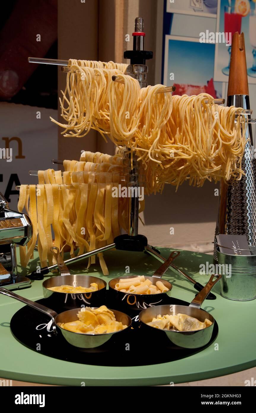 Pâtes fraîchement préparées exposées à l'extérieur du restaurant Dméthadone sur la Piazza della Vittoria à Salò, lac de Garde, province de Brescia, Lombardie, Italie Banque D'Images
