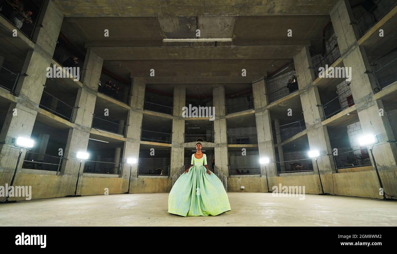 Modèles sur la passerelle pendant le spectacle Edward Crutchley à la London Fashion week du 2021 septembre, qui s'est tenu dans le Collins Music Hall à Londres. Date de la photo : vendredi 17 septembre 2021. Banque D'Images