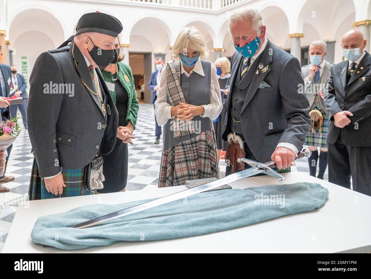 Le prince de Galles et la duchesse de Cornwall, connue sous le nom de duc et duchesse de Rothesay en Écosse, sont présentés avec une réplique de l'épée de Robert le Bruce lors d'une visite à la nouvelle galerie d'art Aberdeen, Schoolhill, Aberdeen. Date de la photo: Mardi 21 septembre 2021. Banque D'Images