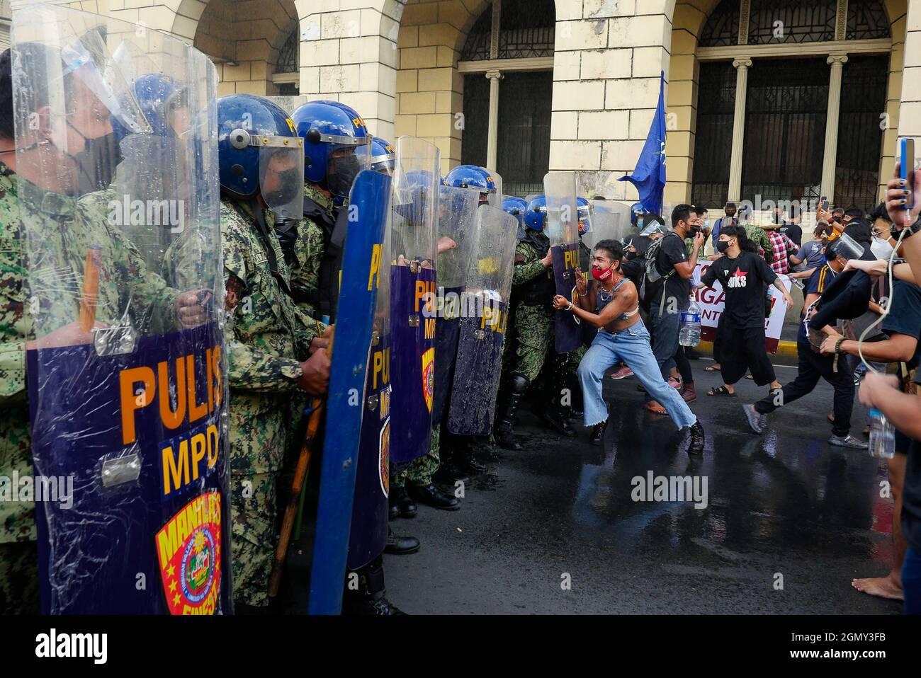 Manille, région de la capitale nationale, Philippines. 21 septembre 2021. Une manifestation tenue le jour de la loi martiale a été déclarée le 21 septembre 1972. Toutefois, la police de Manille bloque un groupe de manifestants se dirigeant vers le monument d'Andres Bonifacio. Ils se sont assemblés pour la première fois à Carriedo, à Manille. Puis la police bloque et disperse le groupe avec un bouclier, des bâtons et un canon à eau.Un manifestant tente de pousser un blocus de police pendant qu'un canon à eau leur a blalé. (Image de crédit : © George BUID/ZUMA Press Wire) Banque D'Images