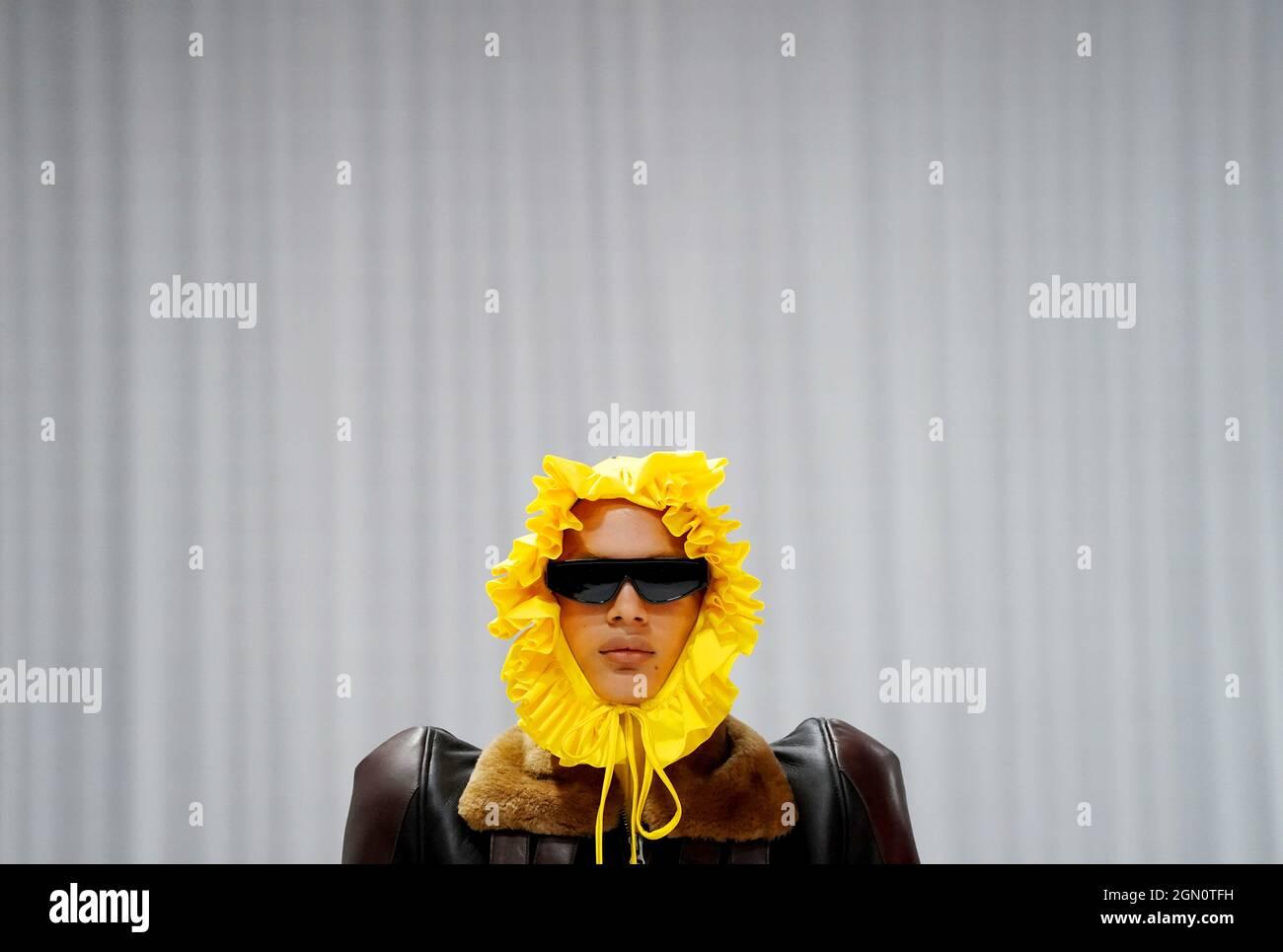 Des modèles apparaissent sur la passerelle lors du spectacle Richard Quinn de la London Fashion week 2021 qui s'est tenu au Londoner Hotel, Leicester Square, Londres. Date de la photo: Mardi 21 septembre 2021. Banque D'Images