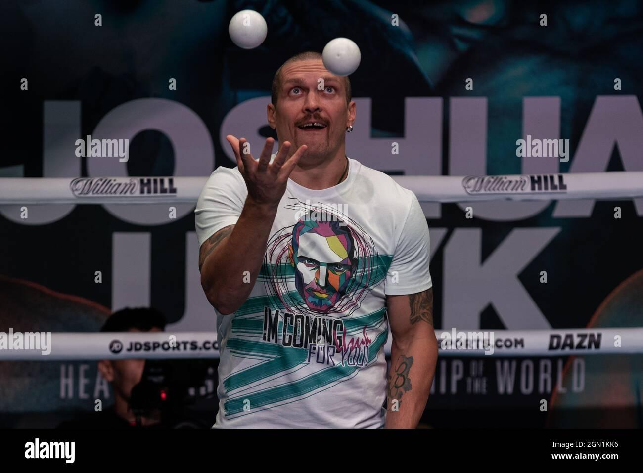 Londres, Royaume-Uni. 21 septembre 2021. Le champion ukrainien de boxe Oleksandr Usyk se présente sur le ring en 02, avant le combat de samedi contre le champion britannique de poids lourd Anthony Joshua qui se tiendra au stade Tottenham Hotspur. Credit: Guy Corbishley/Alamy Live News Banque D'Images