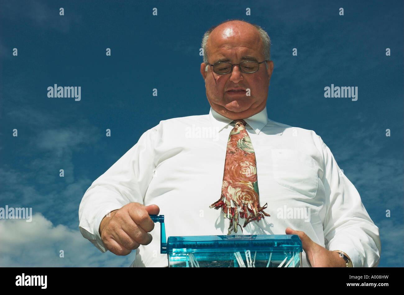 Mature businessman a un accident avec la déchiqueteuse! Photo Stock