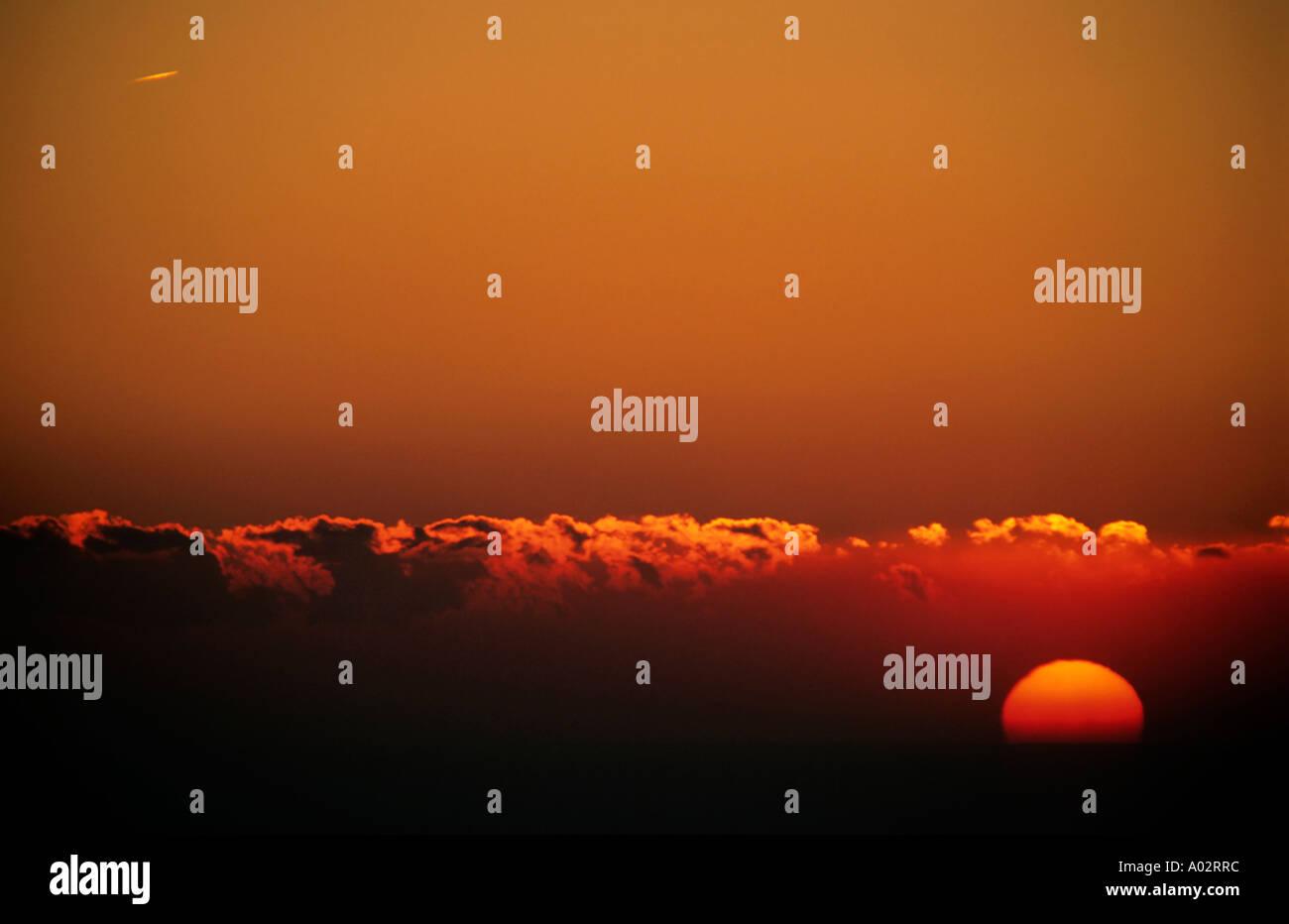 France Provence du cap Canaille un ciel rouge et le soleil au coucher du soleil coronaBanque D'Images