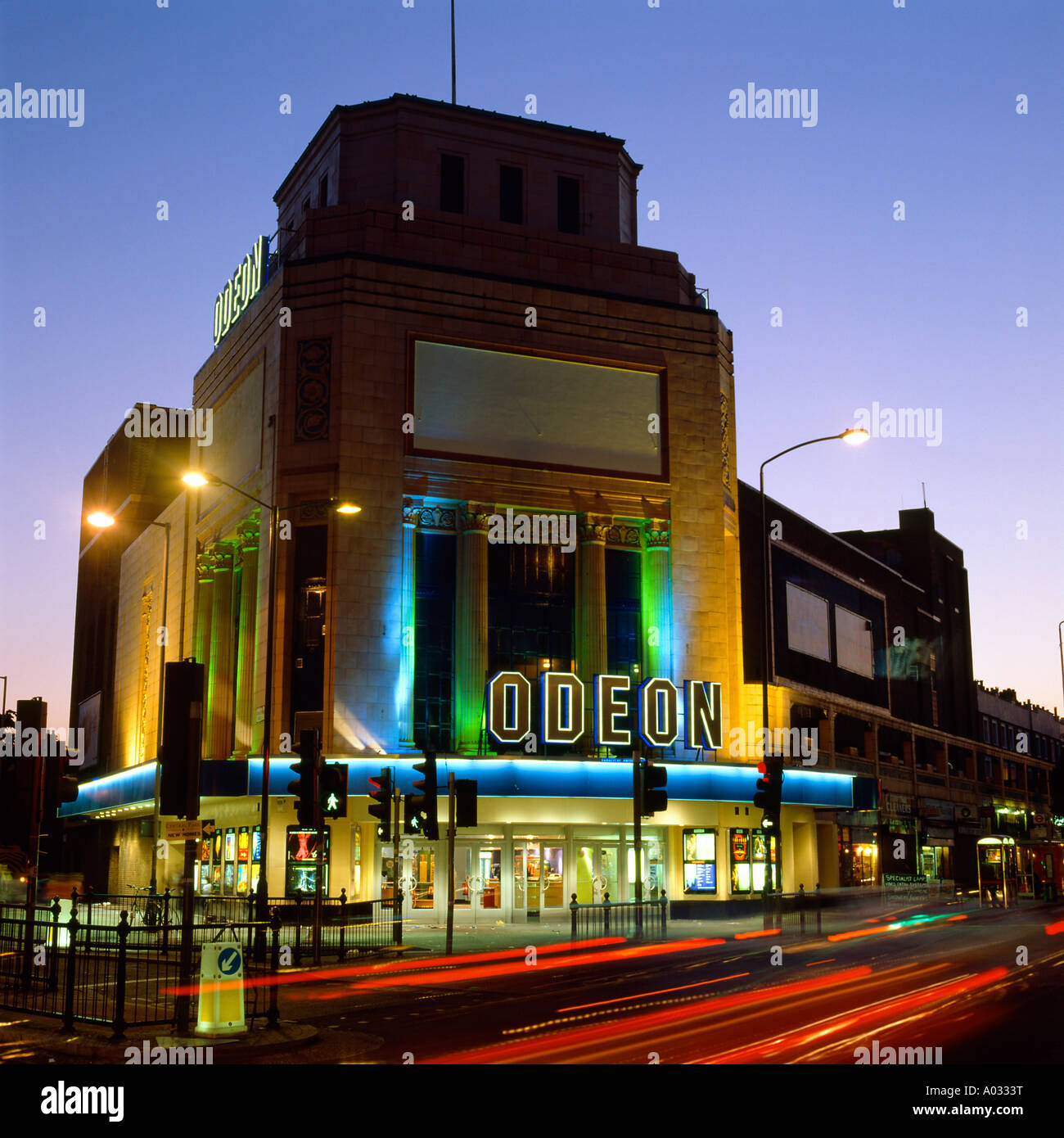Le cinéma Odéon illuminée la nuit, Holloway Road, Londres. Photo Stock