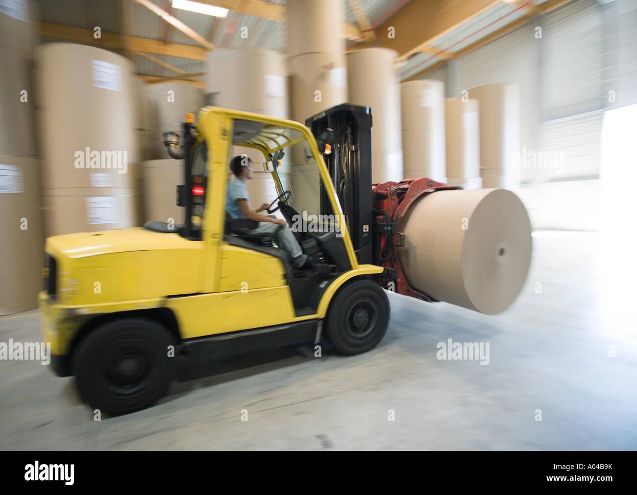 Chariot élévateur transportant rouleau de papier Photo Stock