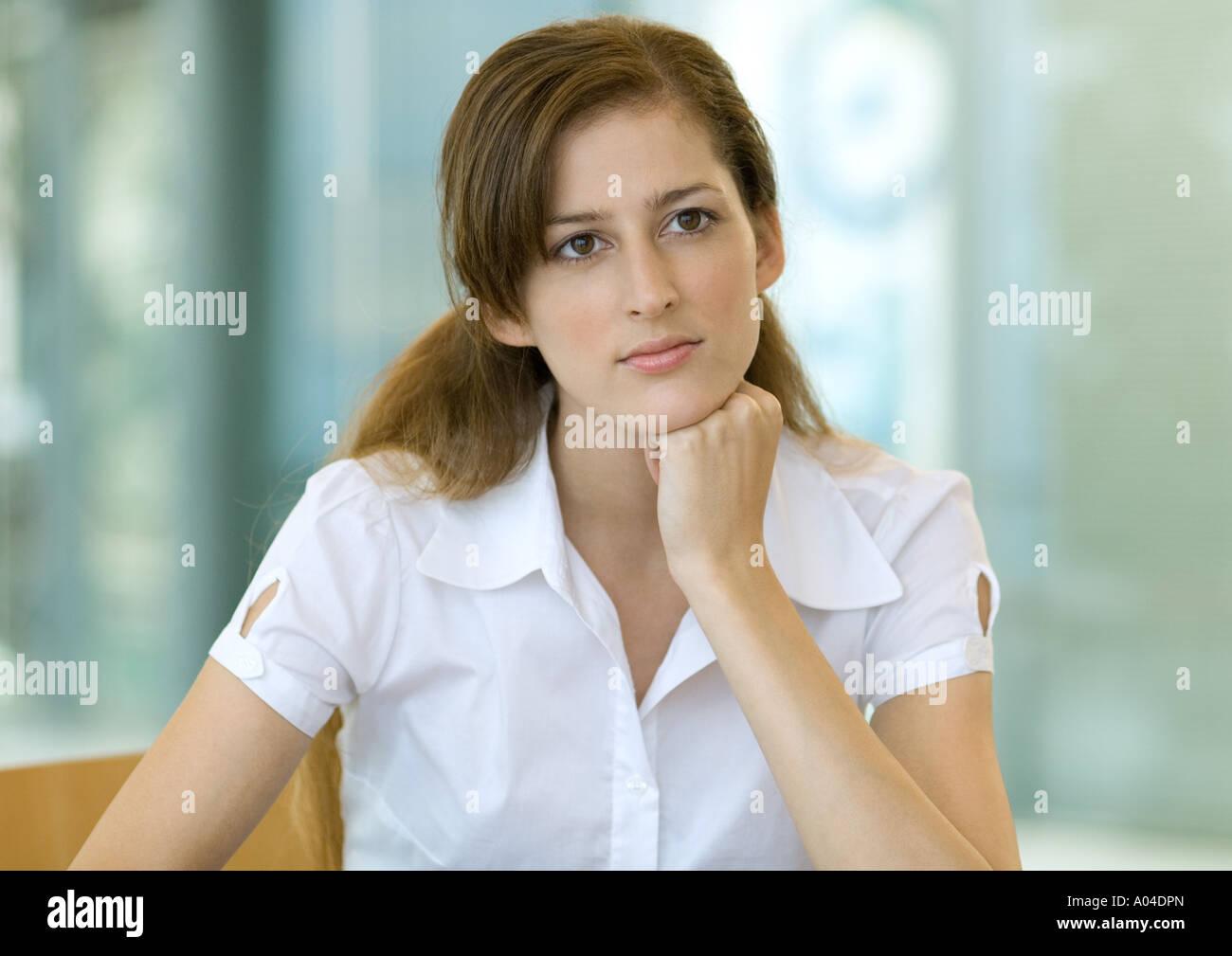 Jeune femme, tête reposant sur la main, portrait Banque D'Images