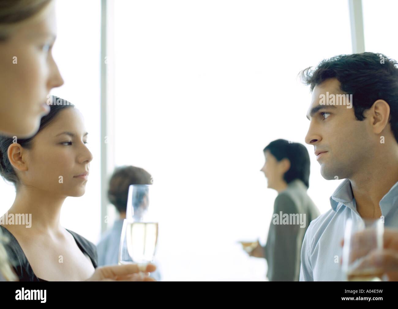 Party de bureau, l'homme et de la femme à l'autre Banque D'Images