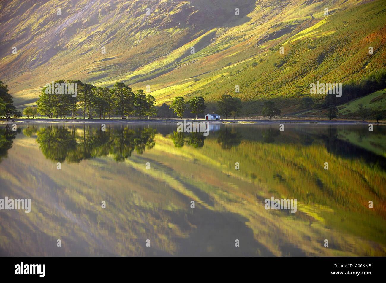 Réflexions sur la rive de la lande à l'aube Cumbria Lakes District Cumbria England UK Banque D'Images