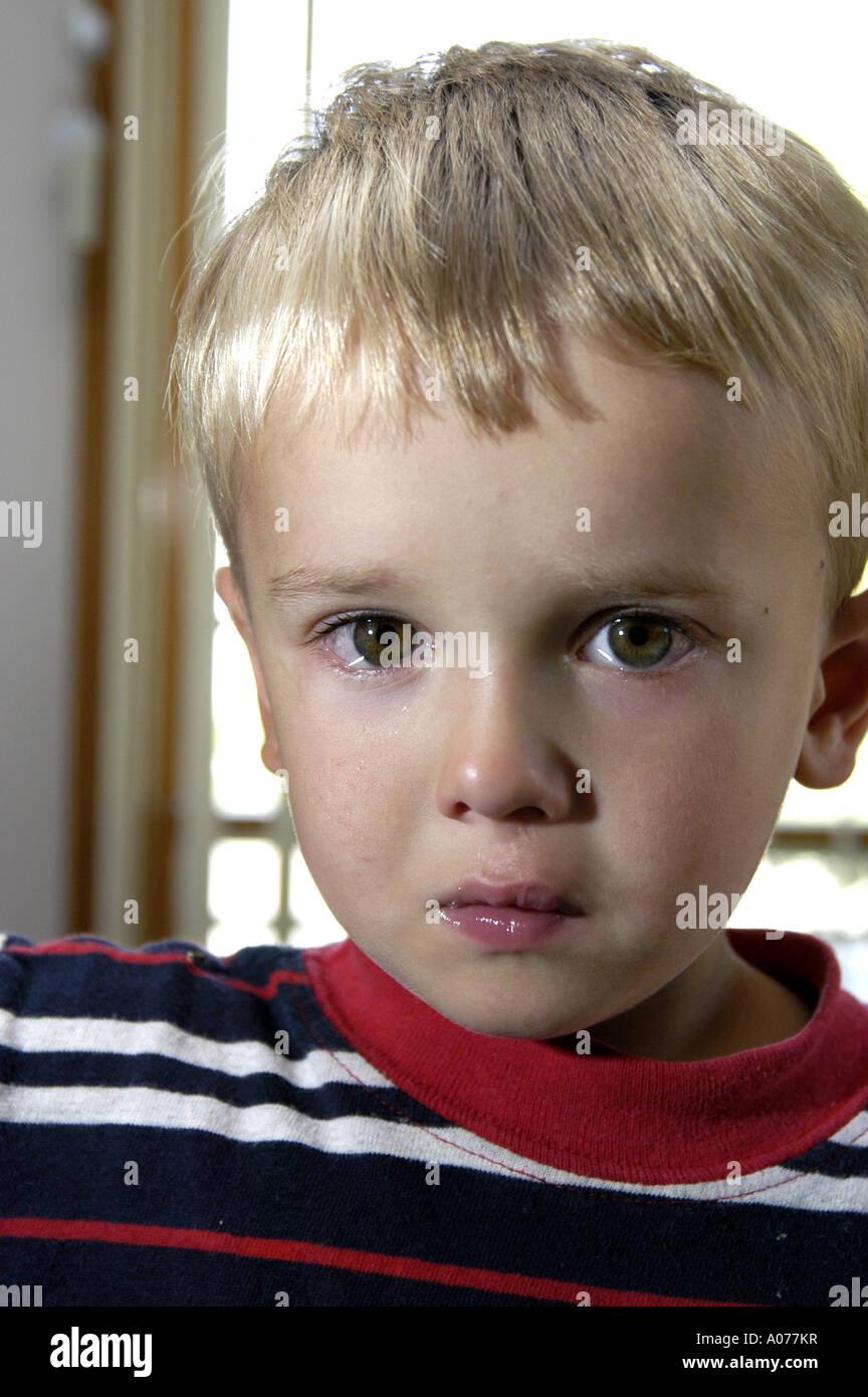 P4 131 3 ans aux yeux bleus pleins de larmes Photo Stock