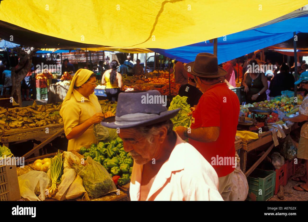 La rue du marché, de la nourriture à vendre ( légumes, fruits ) - commerce populaire pour les clients à faible revenu que l'on trouve couramment dans les petites villes du nord-est du Brésil. Photo Stock