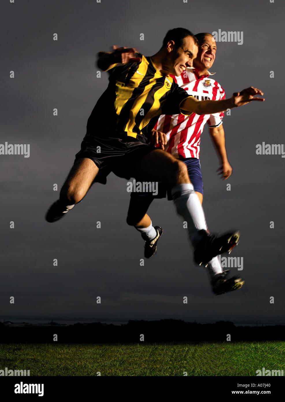 L'action, l'effort, défi, Sport, Horizontal, pleine longueur, à l'extérieur, 30-34 ans, de face, le football, l'apparence de race blanche. Photo Stock