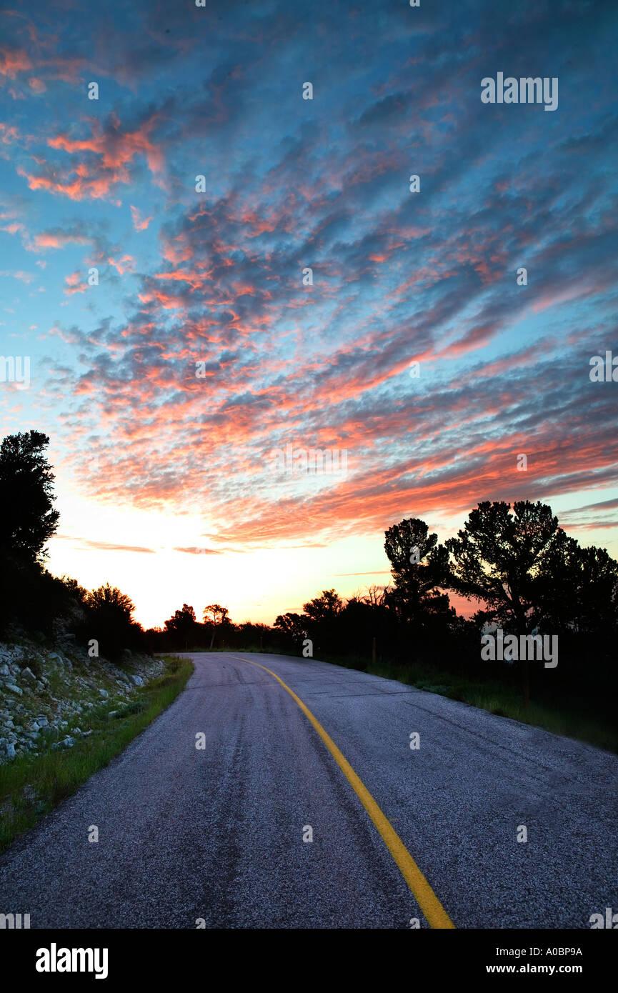 Route dans le Parc National du Grand Bassin, Nevada, au lever du soleil Photo Stock