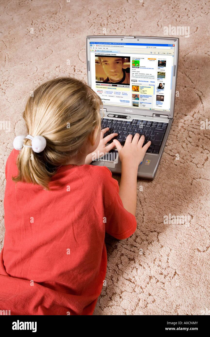 10 Ans Fille A L Aide D Ordinateur Portable Pour Communiquer Et Jouer A Des Jeux Via Internet Photo Stock Alamy