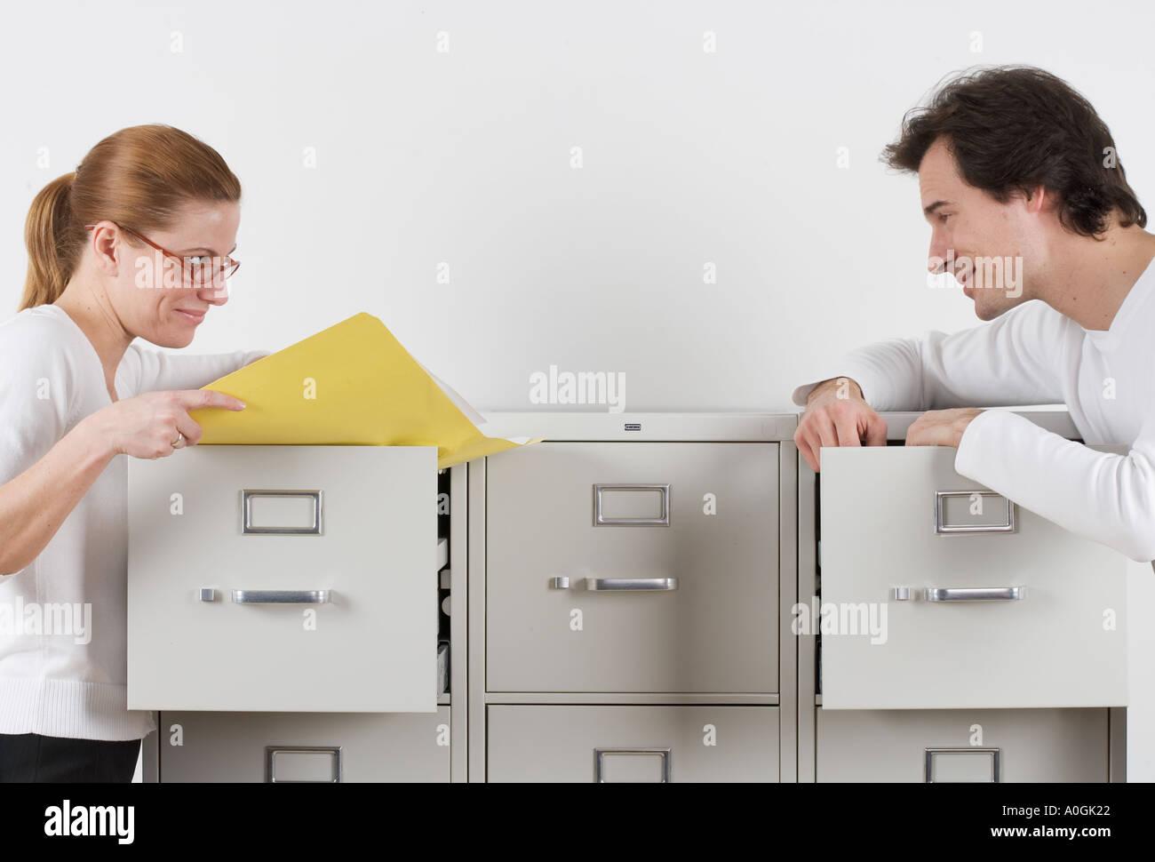 Couple gazing avec amour sur des armoires Photo Stock