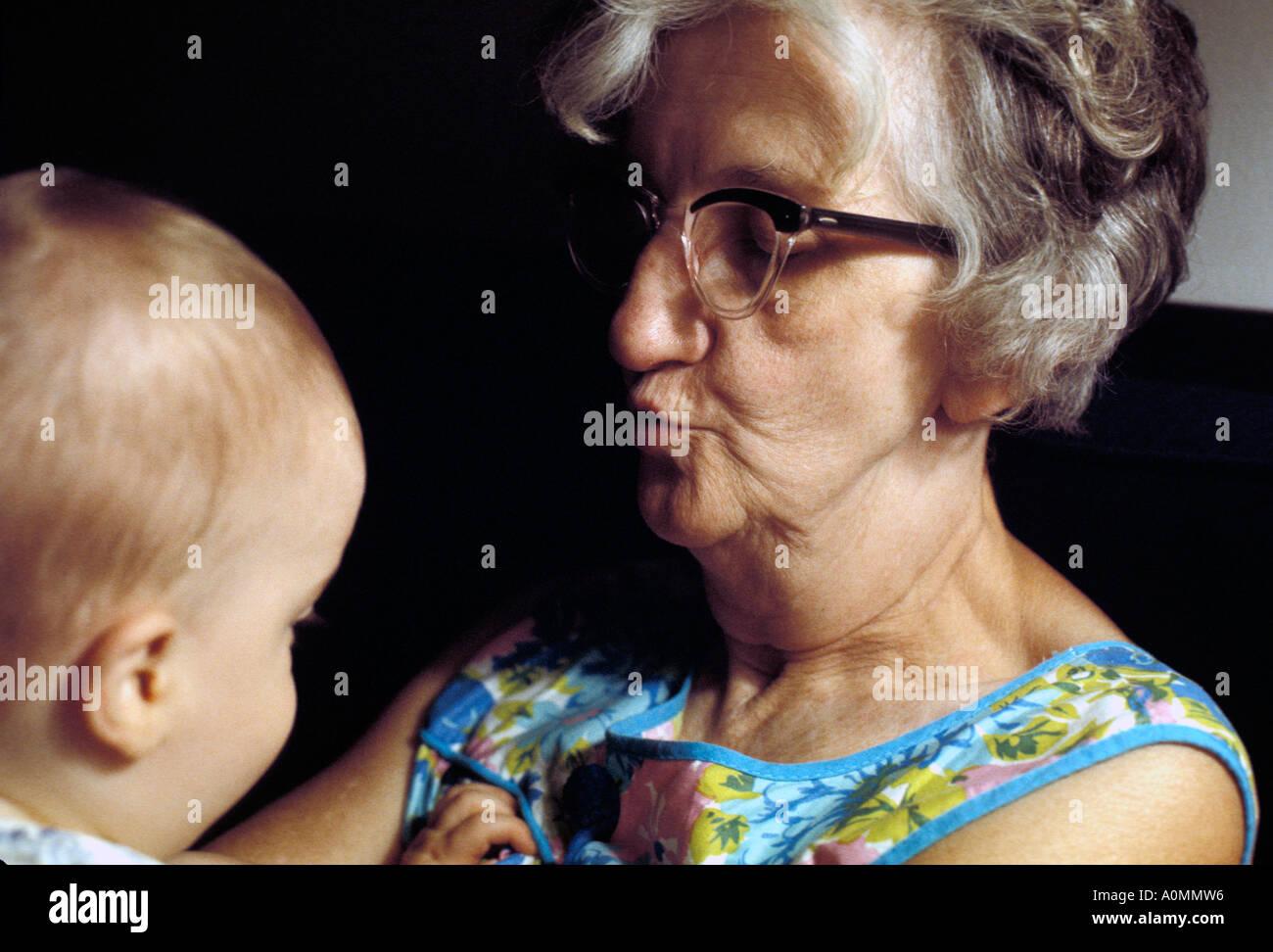 Close up grand-mère petit-fils bambin heureux bonheur joie joie sourire souriant Photo Stock