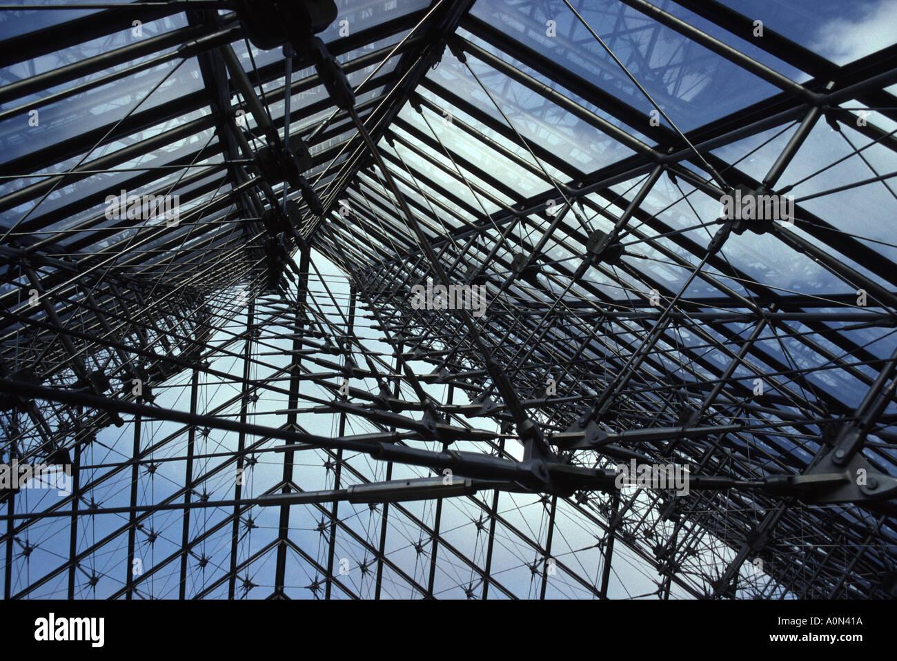 intrieur de lentre de la pyramide de verre louvre paris france