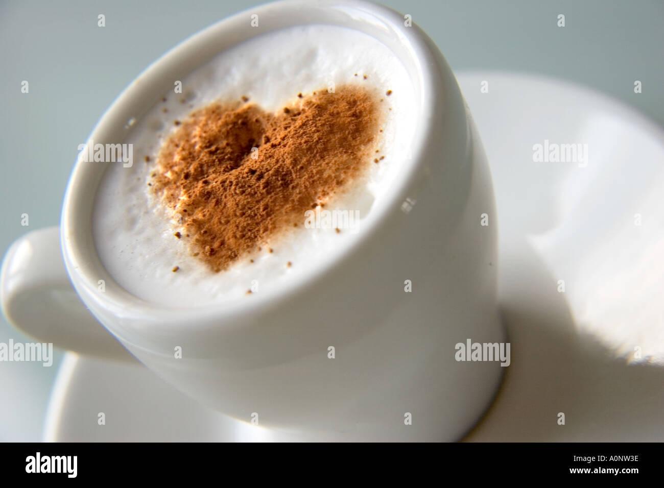 Tasse remplie de café avec de la poudre de coco en forme de coeur Banque D'Images
