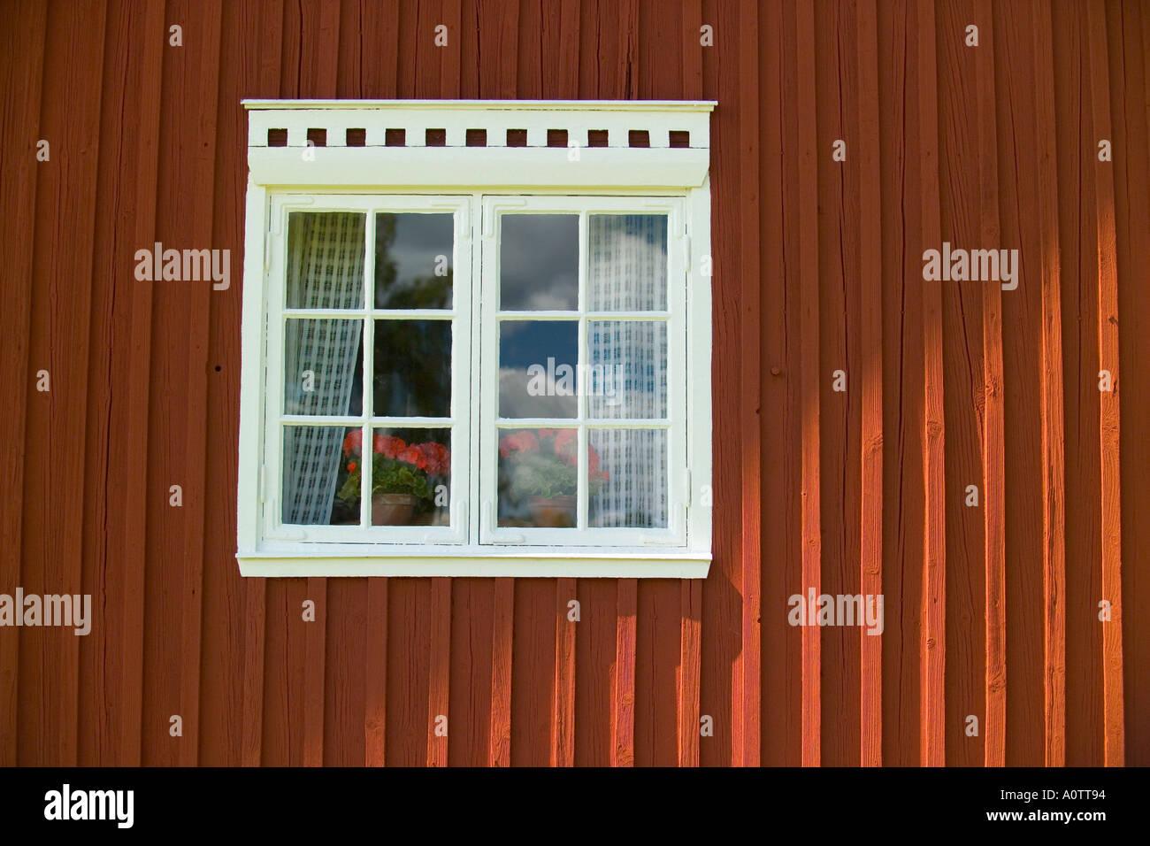 Fenêtre d'une maison traditionnelle finlandaise à Kvarntorp près de Torsby dans le comté de Värmland Suède Photo Stock