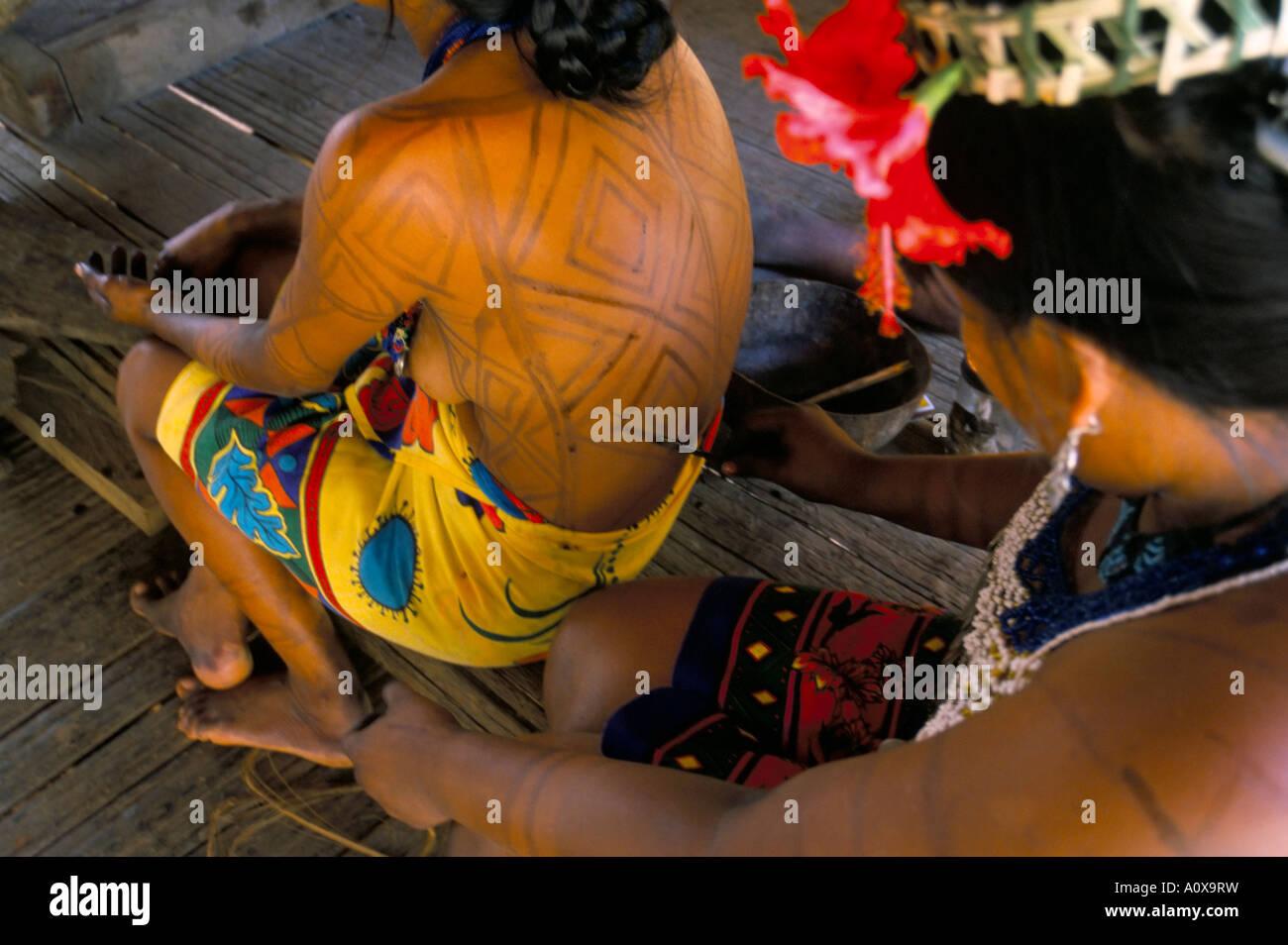 Body Art d'Embera Indian women Forêt de Soberania National Park Panama Amérique Centrale Photo Stock