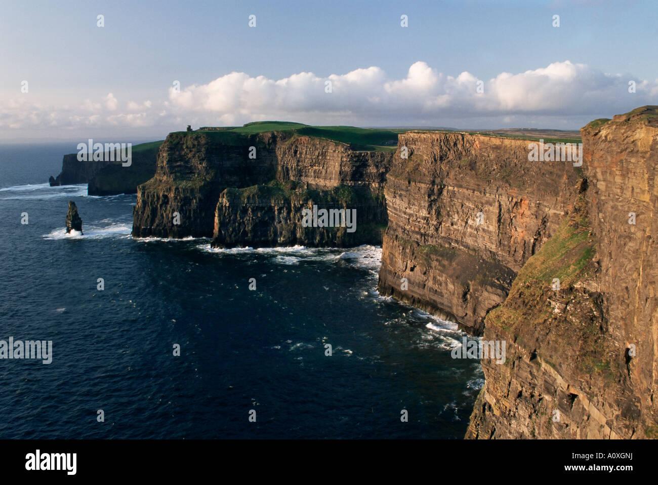 Les falaises de Moher s'élevant à 230 m de hauteur O Brians Tower et Breanan Mor seastack à la tête du Comté de Clare de Hags Banque D'Images
