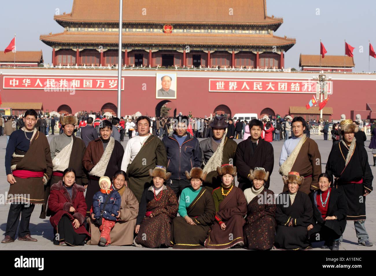 Les touristes de Chamdo tibétains posent devant la Cité Interdite, porte de la paix céleste, Beijing Chine Photo Stock