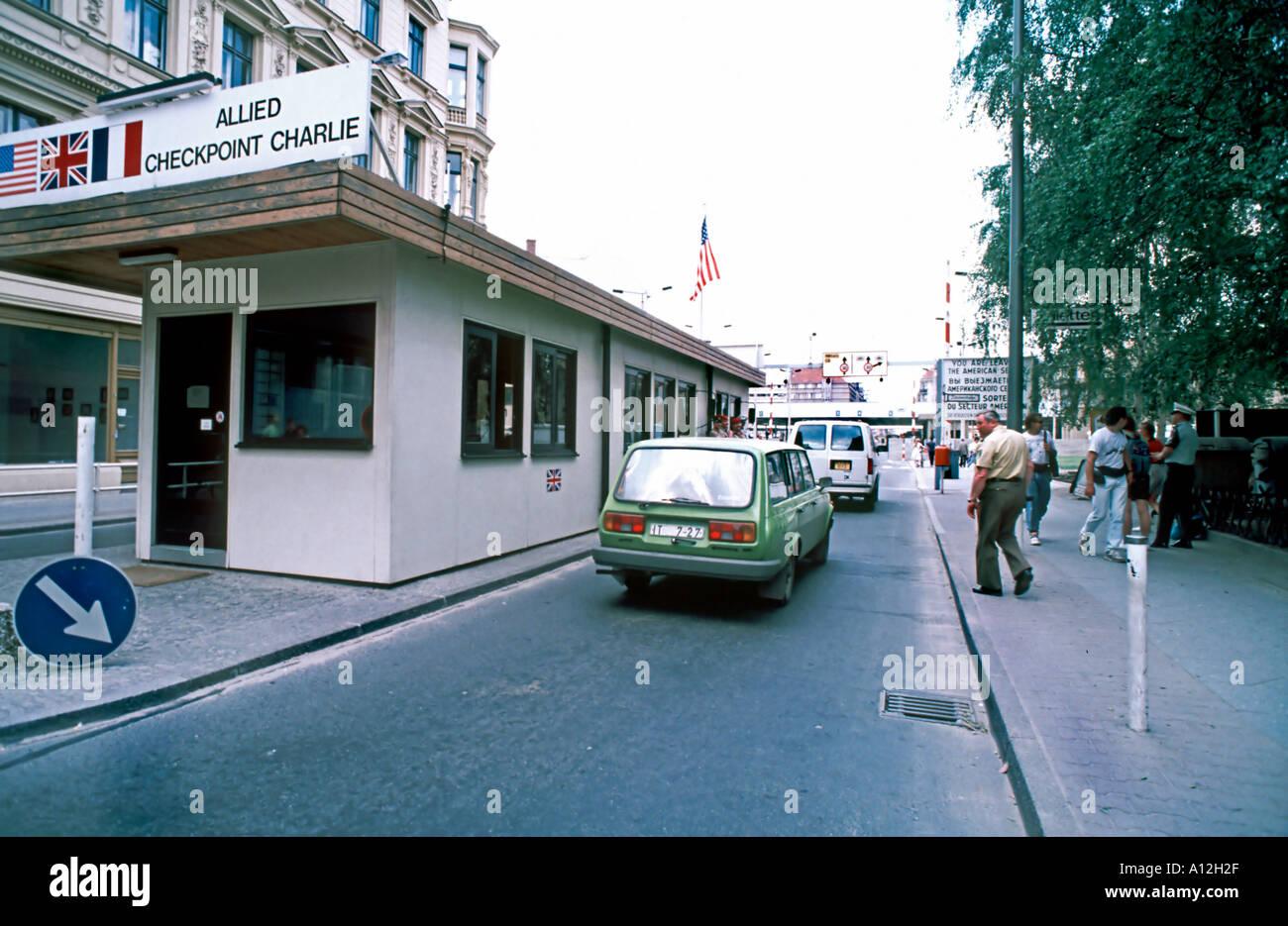 (Ex-est) Berlin Allemagne 'Checkpoint Charlie' East West, à la frontière de voitures Mur de Berlin RDA (1980) Banque D'Images