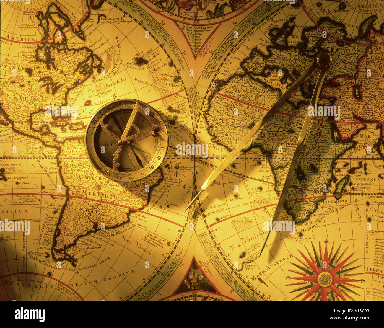 Carte du monde antique et les diviseurs de la boussole Photo Stock