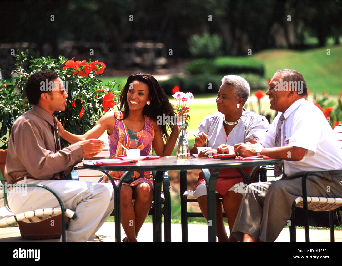 African American family enjoying lunch at outdoor cafe Banque D'Images