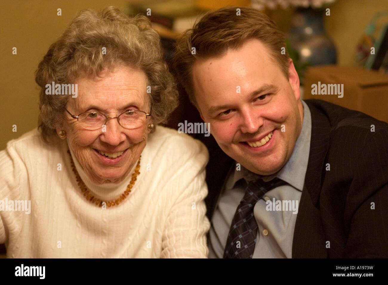 Portrait de grand-mère et petit-fils de famille anniversaire l'âge de 91 et 36. St Paul Minnesota Photo Stock